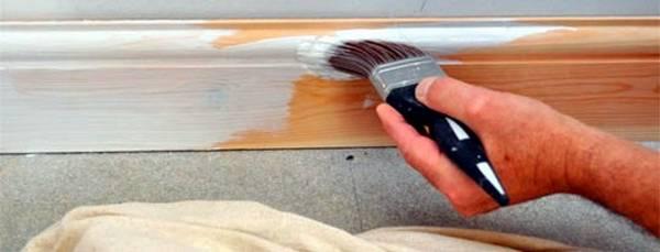 Покраска плинтуса Чем покрасить напольный плинтус
